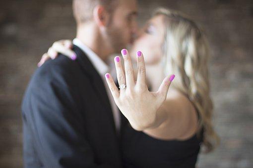 Z czego wykonane są pierścionki zaręczynowe?